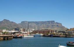 Rekreationfartyg, centrum och tabellberg i Cape Town Fotografering för Bildbyråer