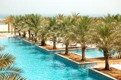 Rekreationområde av det lyxiga hotellet och simbassängen Royaltyfri Fotografi