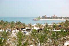 Rekreationområde av det lyxiga hotellet och stranden Royaltyfri Bild