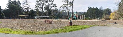 Rekreationsområde inklusive lekplats, volleybolldomstolen och hästskogropar royaltyfri foto
