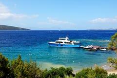 Rekreationyacht på pir på turkisk semesterort Royaltyfri Bild