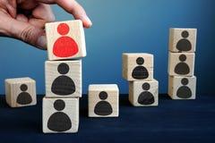 Rekrutacyjny biznesu i talentu zarządzanie Ręki mienia sześcian zdjęcie royalty free