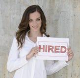 Rekrutering: vrouw die een gehuurd teken houdt Stock Afbeelding
