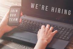 Rekryterare som annonserar för jobbvakans som söker kandidater för att hyra för affärstillfällen royaltyfri foto