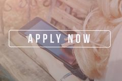 Rekryterare som annonserar för jobbvakans som söker kandidater för att hyra för affärstillfällen royaltyfri fotografi