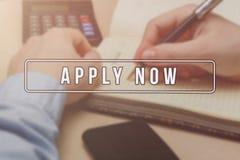 Rekryterare som annonserar för jobbvakans som söker kandidater för att hyra för affärstillfällen royaltyfria foton