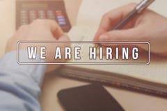 Rekryterare som annonserar för jobbvakans som söker kandidater för att hyra för affärstillfällen fotografering för bildbyråer