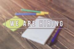 Rekryterare som annonserar för jobbvakans som söker kandidater för att hyra för affärstillfällen royaltyfri bild