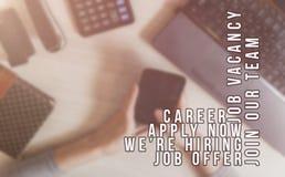 Rekryterare som annonserar f?r jobbvakans som s?ker kandidater f?r att hyra f?r aff?rstillf?llen arkivbild