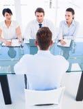 Rekryterare som kontrollerar kandidaten under jobbintervju Royaltyfri Bild