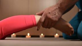 Rekt de close-upa mannelijke fysiotherapeut de knieverbindingen aan een jonge meisjespatiënt uit Handwellness-Therapie stock videobeelden