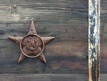 Rektangulär horisontalfotobakgrund av ett lantligt brons stjärnan på gammalt ridit ut ladugårdträ fotografering för bildbyråer