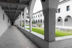 Rektangulär kloster med gotiska bågar och kolonner Royaltyfria Bilder