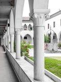 Rektangulär kloster med gotiska bågar och kolonner Royaltyfri Fotografi