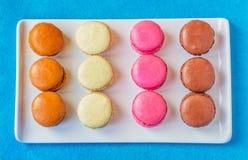 Rektangulär platta av färgrika Macarons Royaltyfria Bilder