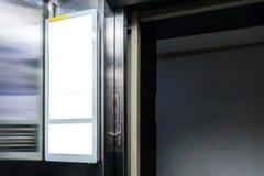 Rektangulär vit modell för affischtavla inom en hissstadsannons royaltyfri foto