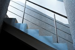 Rektangulära kolonner, trappuppgångar med metallkromräcket, abstrakt architectur Fotografering för Bildbyråer