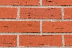 Rektangulära röda stensprickor för murverk med cementgrå färglinjer för väggnärbild för parallell rad naturlig bakgrund för grung fotografering för bildbyråer