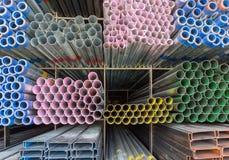 Rektangulärt metallrør för konstruktion Arkivbild