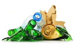 Rekupereerbaar huisvuil die uit glas plastic metaal en document bestaan Stock Afbeelding