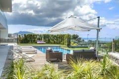 Relájese cerca de la piscina Foto de archivo libre de regalías