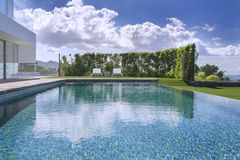 Relájese cerca de la piscina Fotos de archivo