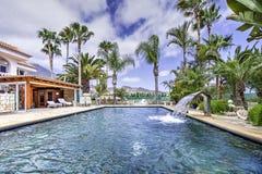 Relájese cerca de la piscina Fotos de archivo libres de regalías