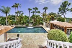 Relájese cerca de la piscina Fotografía de archivo