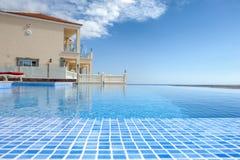 Relájese cerca de piscina Imagen de archivo