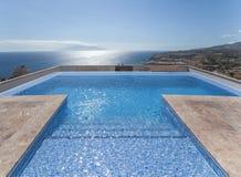 Relájese cerca de piscina Fotos de archivo