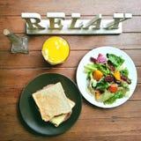 Relájese con el desayuno sano en el fondo de madera de la tabla Imagen de archivo libre de regalías