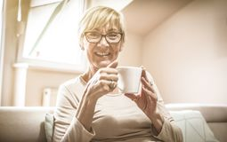Relájese con la taza de café fotografía de archivo