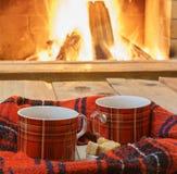 Relájese con la taza de té antes de chimenea acogedora Imagen de archivo libre de regalías