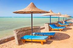 Relájese debajo del parasol en la playa Fotos de archivo libres de regalías