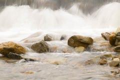 Relájese después de trabajar el fin de semana con caída del agua de la corriente en el chathaburi en Tailandia Foto de archivo libre de regalías