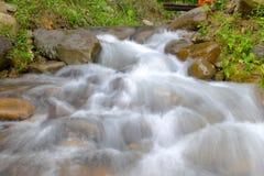 Relájese después de trabajar el fin de semana con caída del agua de la corriente en el chathaburi en Tailandia Fotos de archivo libres de regalías