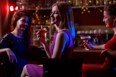 Relájese en club de noche foto de archivo