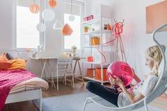 Relájese en dormitorio moderno Fotos de archivo