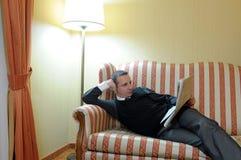 Relájese en el sofá Foto de archivo libre de regalías