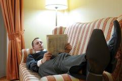 Relájese en el sofá Imagenes de archivo
