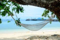 Relájese en la hamaca en la playa Fotos de archivo libres de regalías