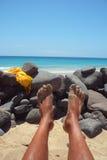 Relájese en la playa Imagenes de archivo