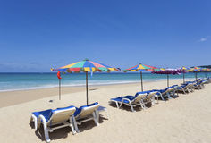 Relájese en la playa blanca de la arena foto de archivo