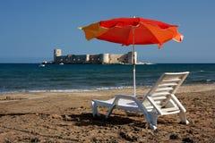 Relájese en la playa del castillo de la doncella de Kizkalesi Fotografía de archivo