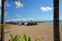 Relájese en la playa en Bali Fotos de archivo