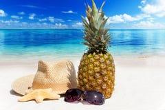 Relájese en la playa tropical Foto de archivo libre de regalías