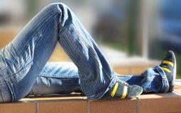 Relájese en los pantalones vaqueros Foto de archivo libre de regalías