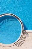 Relájese en piscina del hotel imagen de archivo