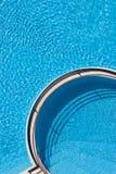 Relájese en piscina del hotel fotos de archivo
