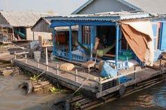 Relájese en una hamaca en una casa en el agua Foto de archivo